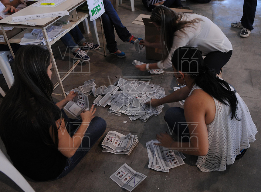MEDELLÍN -COLOMBIA. 15-06-2014. Jurados electorales hacen el conteo de votos en el Palacio de Exposiciones de Medellín al final de la segunda vuelta de la elección de Presidente y vicepresidente de Colombia que se realiza hoy 15 de junio de 2014 en todo el país./ Electoral juries make the vote count in the Palacio de Exposiciones in Medellin at the end of the second round of the election of President and vice President of Colombia that takes place today June 15, 2014 across the country. Photo: VizzorImage / Luis Rios / STR