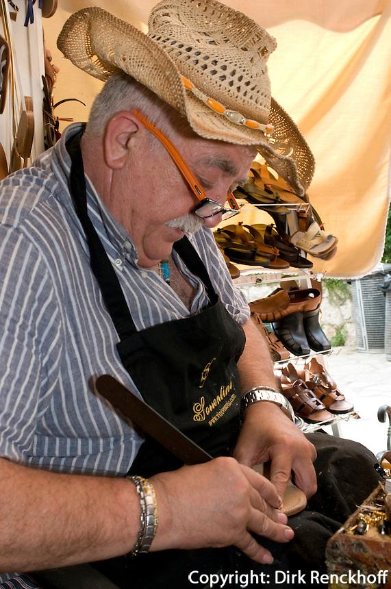 Schuhmacher Antonio Viva in Anacapri bei der Sandalen-Herstellung, Capri, Italien