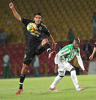 BOGOTA -COLOMBIA-1 -NOVIEMBRE-2014. Norbey Salazar  ( I) de Fortaleza F.C. disputa el balón con Jhon Valoy ( D ) de Atlrtico Nacional   durante partido de la  17  fecha  de La Liga Postobón 2014-2. Estadio Nemwsio Camacho El Campin . / Norbey Salazar (L ) of Fortaleza F.C.  fights for the ball with Jhon Valoy of Atletico Nacional   during match of the 17th date of Postobon  League 2014-2. Nemesio Camacho El Campin  Stadium. Photo: VizzorImage / Felipe Caicedo / Staff