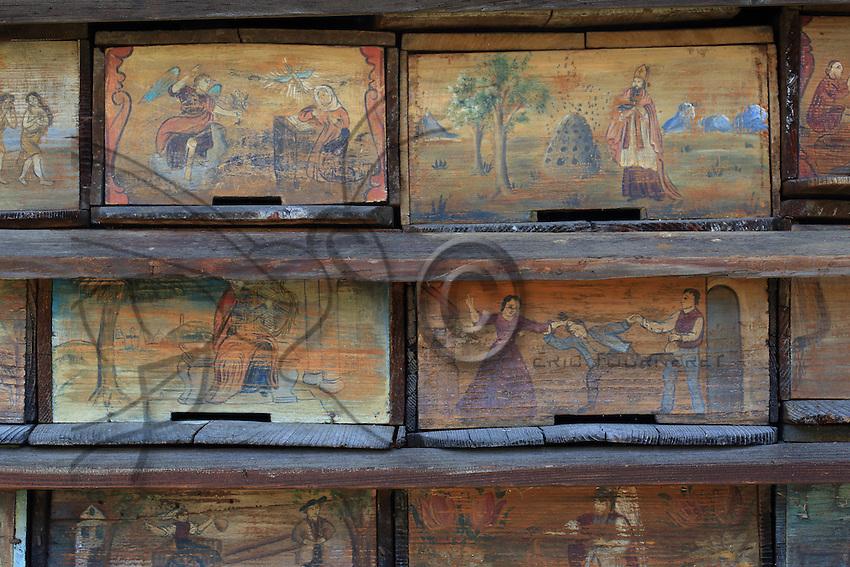The apiary that belonged to Anton Jansa (1734-1773) is the most famous of the Slovenian beekeepers' apiaries. <br /> He wrote two treatises on apiculture and discovered that the drones fertilize the queen the outside of the hive during the nuptial flight.///Le rucher de Anton Jansa (1734-1773), c&rsquo;est le plus c&eacute;l&egrave;bre des apiculteurs slov&egrave;nes.<br /> Il a &eacute;crit deux trait&eacute;s d&rsquo;apiculture et a d&eacute;couvert que les faux-bourdons f&eacute;condent la reine a l&rsquo;ext&eacute;rieur de la ruche lors du vol nuptial.
