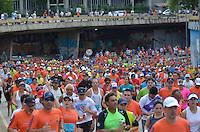 SAO PAULO, SP, 31.12.2013 - 89 CORRIDA DE SAO SILVESTRE -  Milhares de corredores participam na Corrida Internacional de São Silvestre 89 ao longo da Avenida Paulista em São Paulo, em 31 de dezembro de 2013. Com participação recorde de 27.500 atletas, de 41 países o evento tradicional da véspera de Ano Novo. Foto: Levi Bianco - Brazil Photo Press.