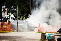 SAO PAULO,SP, 28 DE FEVEREIRO DE 2013 - VEICULO INCENDIADO - Populares apagam fogo em veiculo na Avenida Doutor Antonio Maria de Laet, em fente a Estacao Tucuruvi do Metro,zona norte da cidade, nesta tarde de quinta-feira (28); O veiculo trafegava na avenida quando o motorista percebeu uma fumaca saindo do motor, mesmo usando o extintor de incendio nao conseguiu conter as chamas e foi ajudado por populares que buscaram agua em comercios exitentes proximo ao local, os Bombeiros foram acionados, mas ao chegarem no local, o fogo havia sido extinto pelas pessoas, iniciaram apenas os procedimentos de rescaldo. Nao houve vitimas .FOTO: RICARDO LOU - BRAZIL PHOTO PRESS