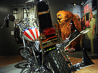 """Austellung im Zeitgeschichtlichen Forum Leipzig / Amerika - im Bild: Symbole für den amerikanischen Lebensstil , Multimillionär Bill Gates als Gründer der Computerfirma Microsoft , die TV-Serie Dallas, die Sesamstraße mit Wuscheltier Samson und das Freiheitssymbol aus dem Film """"Easy Rider"""" ein Harley Davidson Motorrad - Ausstellung """"The American Way. Die USA in Deutschland.""""  Foto: aif / Norman Rembarz<br /> <br /> Jegliche kommerzielle wie redaktionelle Nutzung ist honorar- und mehrwertsteuerpflichtig! Persönlichkeitsrechte sind zu wahren. Es wird keine Haftung übernommen bei Verletzung von Rechten Dritter. Autoren-Nennung gem. §13 UrhGes. wird verlangt. Weitergabe an Dritte nur nach  vorheriger Absprache. Online-Nutzung ist separat kostenpflichtig."""