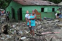 ST0101. SANTIAGO (REPÚBLICA DOMINICANA), 06/06/2011.- Un grupo de personas camina entre escombros hoy, lunes 6 de junio de 2011, en Santiago (República Dominicana), donde las constantes lluvias de las últimas horas han provocado la crecida del río Licey, dejando 546 casas inundadas y 12 destruidas. EFE/José Bueno.