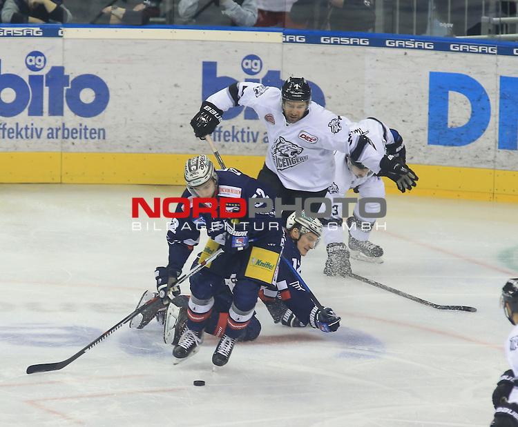 18.12.2016, Mercedes Benz Arena, Berlin, GER, 1.DEL, EISBAEREN BERLIN  VS.  NUERNBERG Sabo Ice Tigers, im Bild <br /> Sven Ziegler (Eisbaeren Berlin #52), Laurin Braun (Eisbaeren Berlin #12), Sasa Martinovic (Nuernberg IceTigers #23)<br /> <br />      <br /> Foto &copy; nordphoto / Engler