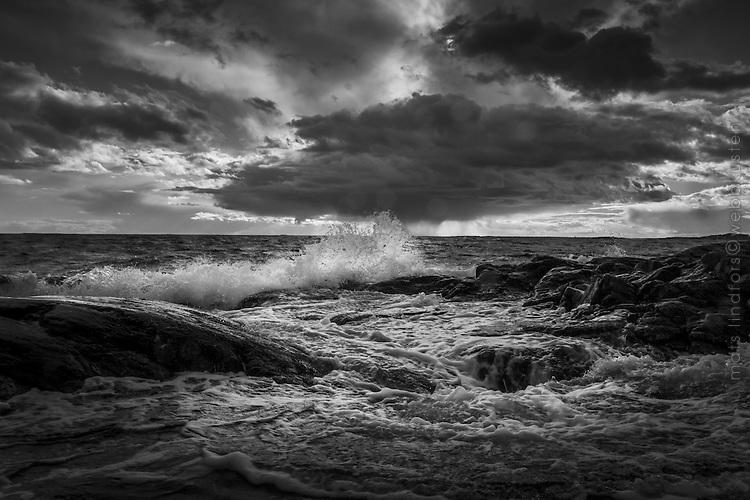 En havsvåg slår upp på en klippa på Torö i Stockholms skärgård. / A sea wave strikes the top of a cliff on Torö in the Stockholm archipelago.