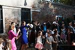 Venezia Ghetto. Campo del Ghetto Novo: festeggiamenti in occasione di una Bar Mitzvah. La celebrazione della Bar Mitzvah (che corrisponde al giorno in cui un bambino ebreo raggiunge l'età della maturità (13 anni e un giorno per i maschi, 12 anni e un giorno per le femmine) e diventa responsabile per sé stesso nei confronti della Halakhah, la legge ebraica, questo anche in considerazione della coscienza nel distinguere il bene ed il male.