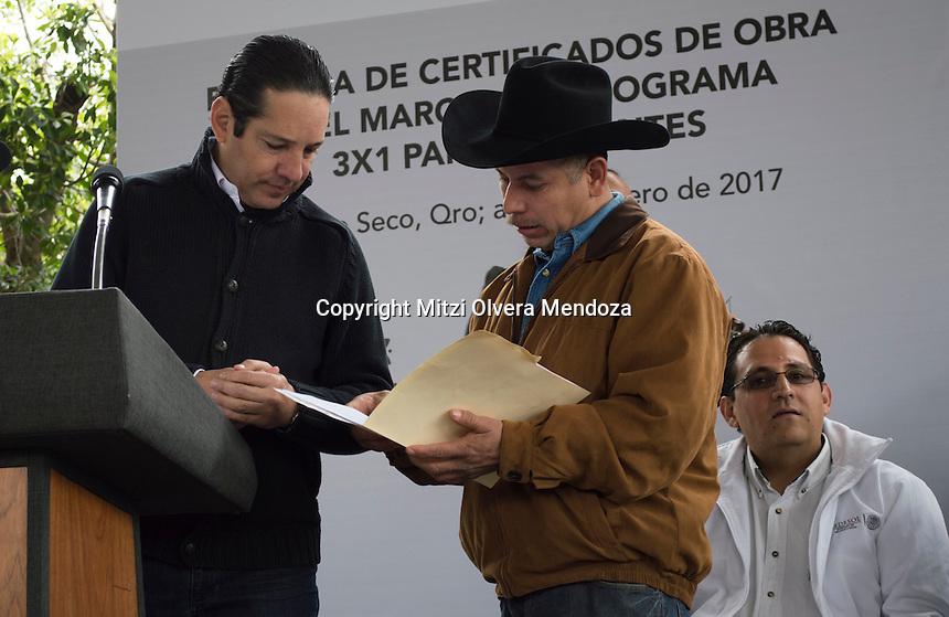 Arroyo Seco, Qro. 30 de enero 2017.- Esta ma&ntilde;ana el gobernador del estado de Quer&eacute;taro, Francisco Dom&iacute;nguez Servi&eacute;n encabez&oacute; la entrega de certificado de obra  en el marco del programa 3x1 para migrantes ubicado en la comunidad El Trapiche, la intenci&oacute;n de la celebraci&oacute;n fue para fortalecer la participaci&oacute;n social e impulsar el desarrollo comunitario mediante la inversi&oacute;n en Proyectos de Infraestructura Social, Servicios Comunitarios, Educativos y/o proyectos productivos confinanciados por los tres &oacute;rdenes de gobierno y organizaciones de mexicanas y mexicanos en el extranjero. <br /> <br /> En el evento se hizo petici&oacute;n con respecto a los temas sanitarios de la plaza, casa de salud, arcotechos, para la zona educativa preescolar y en la escuela primaria 5 de mayo y anexar a un ciudadano para formar parte del programa de certificados. <br /> <br /> En el evento asistieron la Lic. Diony Loreto Su&aacute;rez, Presidenta Municipal de Arroyo Seco; el Lic. Ernesto Luque Hudson, Delegado Federal de la SEDESOL en el Estado; Lic. Agust&iacute;n Dorantes L&aacute;mbarri, Secretario de Desarrollo Social en el Estado, entre otros.