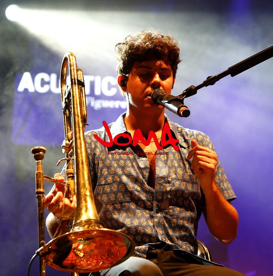 Alfred Garcia singing in acustica festival in Figueres