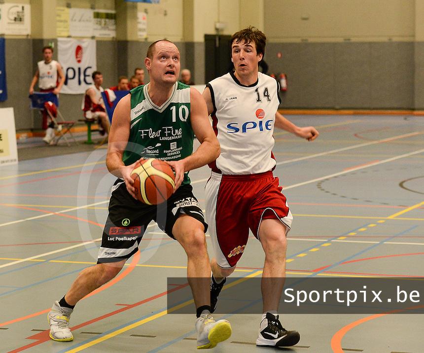 BBC Spie Izegem - BBC Langemark : Ed Deceuninck (links) aan de bal voor Mathias Leperre (r) <br /> foto VDB / BART VANDENBROUCKE