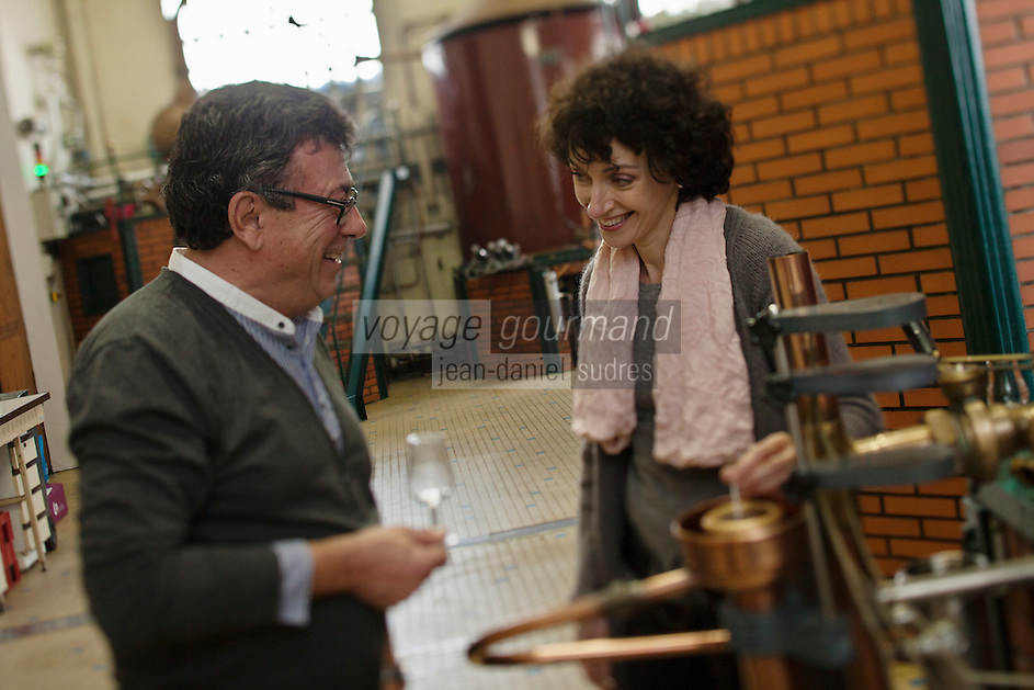 Europe/France/Aquitaine/64/Pyrénées-Atlantiques/Pays-Basque/Saint-Jean-Pied-de-Port: Domaine Brana: Distillation de la très renommée Eau de vie de Poire Brana, Christian Constant et Martine Brana lors d'une dégustation [Non destiné à un usage publicitaire - Not intended for an advertising use]