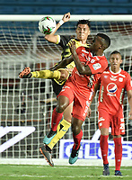 CALI - COLOMBIA, 25-01-2020: John Arias del América disputa el balón con Juan Portilla de Cali durante partido por la fecha 1 de la Liga BetPlay DIMAYOR I 2020 entre América de Cali y Alianza Petrolera jugado en el estadio Pascual Guerrero de la ciudad de Cali. / John Arias of America struggles the ball with Juan Portilla of Alianza P during match for the for the date 1 as part of BetPlay DIMAYOR League I 2020 between America de Cali and Alianza Petrolera played at Pascual Guerrero stadium in Cali. Photo: VizzorImage / Gabriel Aponte / Staff