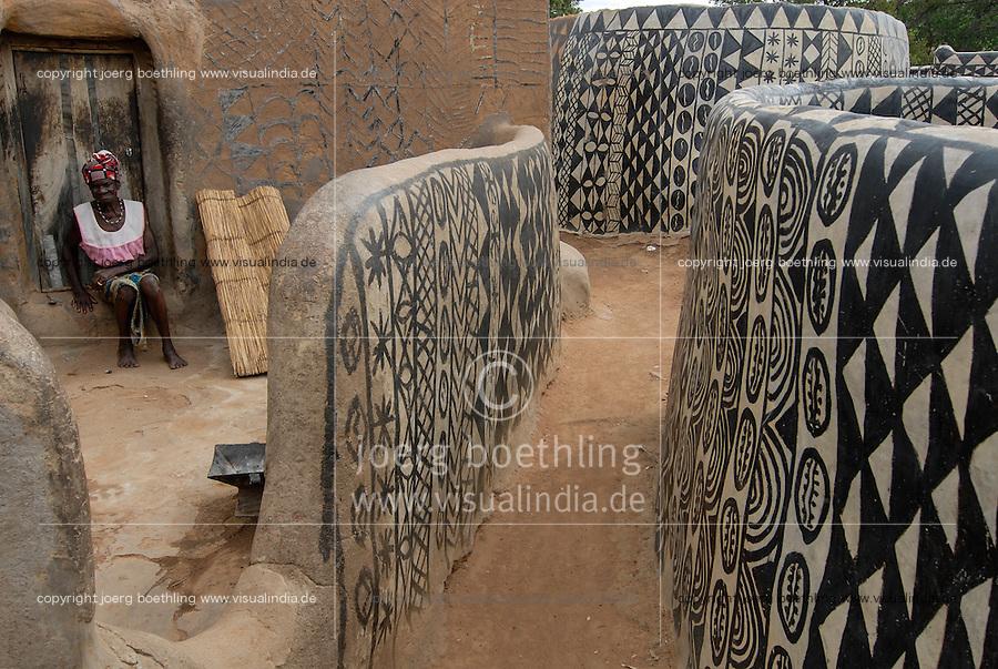 BURKINA FASO, Po, village Tiebele of Kassena tribe , clay huts with geometric painted black & white patterns /<br /> Dorf Tiebele der Kassena Ethie, bemalte Lehmhaeuser mit geometrischen Mustern in schwarz und weiss, die Wandbemalungen werden von den Kassena-Frauen gemacht. Sie benutzen dazu schwarze Farbe, die aus Graphitpulver und Wasser gemischt wird, sowie weisse Farbe, die mit Hilfe von Specksteinen gewonnen wird. Die Farbe wird auf einen roten Untergrund aus Lehm, Wasser und Néré-Schoten aufgetragen. Als Motive dienen Muster und Symbole, die entweder dem Alltagsleben oder der religioesen Symbolik entnommen sind.