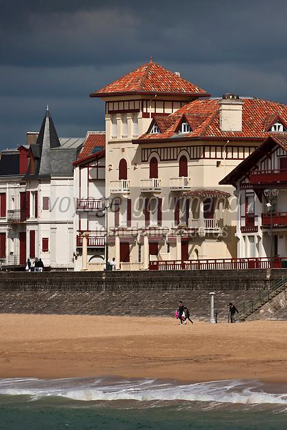 Europe/France/Aquitaine/64/Pyrénées-Atlantiques/Pays-Basque/Saint-Jean-de-Luz: Les villas du Front de mer dans la lumière du soir