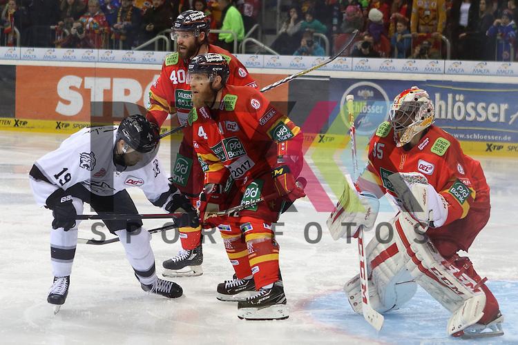 Nuernbergs Andrew Kozek (Nr.19) und Duesseldorfs Timothy Conboy (Nr.4) vor dem Tor von Duesseldorfs Goalie Mathias Niederberger (Nr.35)  beim Spiel in der DEL Duesseldorfer EG (rot) - Nuernberg Ice Tigers (weiss).<br /> <br /> Foto &copy; PIX-Sportfotos *** Foto ist honorarpflichtig! *** Auf Anfrage in hoeherer Qualitaet/Aufloesung. Belegexemplar erbeten. Veroeffentlichung ausschliesslich fuer journalistisch-publizistische Zwecke. For editorial use only.