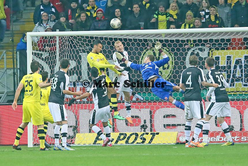 Sebastian Rode und Kevin Trapp (Eintracht) gegen Pierre-Emerick Aubameyang (BVB) - Eintracht Frankfurt vs. Borussia Dortmund, DFB-Pokal Viertelfinale