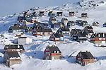Maisons en bois de toutes les couleurs du village de Tassilaq. Groënland (côte Est). Région d'Angmagssalik (Ammasalik ou Tassilaq). Wood houses in Tassilaq. Greenland (East coast).