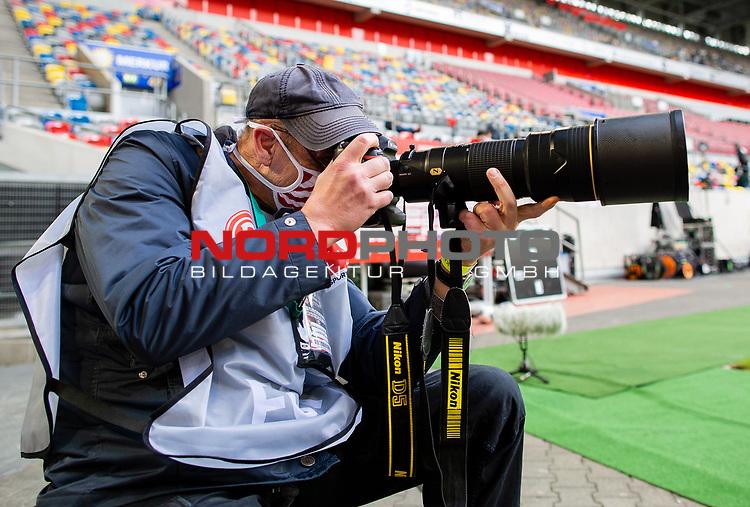 nph00351: Fussball, 1. Bundesliga, Saison 19/20, 26. Spieltag, Fortuna Düsseldorf - FC Paderborn 07, 16.05.2020:<br /> Fotograf<br />  <br /> <br /> Nur für journalistische Zwecke! Only for editorial use!<br /> <br /> Gemäß den Vorgaben der DFL Deutsche Fußball Liga ist es untersagt, in dem Stadion und/oder vom Spiel angefertigte Fotoaufnahmen in Form von Sequenzbildern und/oder videoähnlichen Fotostrecken zu verwerten bzw. verwerten zu lassen. DFL regulations prohibit any use of photographs as image sequences and/or quasi-video. <br /> <br /> Foto: Moritz Müller/Pool / via Meuter/nordphoto