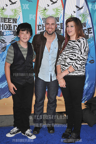 Chris Daughtry & son & daughter at the 2010 Teen Choice Awards at the Gibson Amphitheatre, Universal Studios, Hollywood..August 8, 2010  Los Angeles, CA.Picture: Paul Smith / Featureflash