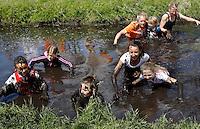 Prutrace  in Westzaan. Snelheidswedstrijd door modderige slootjes