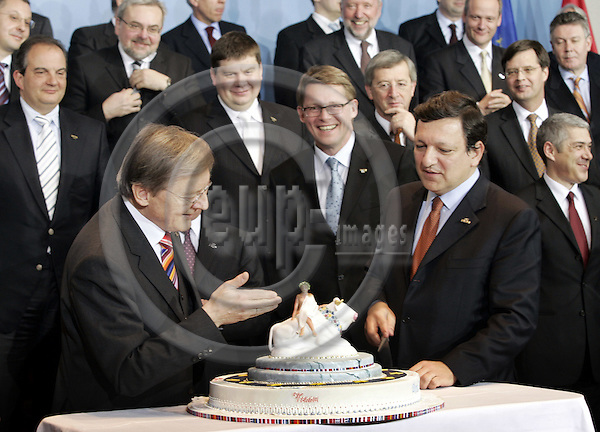 BRUSSELS - BELGIUM - 23 MARCH 2006 -- EU-Council Summit with Heads of State. -- Family-photo session. --he Austrian Chancellor Wolfgang SCHÜSSEL (Le) (Schuessel) presented Jose Manuel BARROSO the President of the EU-Commission with a cake for his 50th birthday during the photo session. Matti VANHANEN (Ce), Prime Minister of Finland. --PHOTO: JUHA ROININEN / EUP-IMAGES