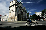 A cyclist rides past Siegestor in Munich, July 31, 2008. (ALTERPHOTOS/Alvaro Hernandez)