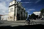 A cyclist rides past Siegestor in Munich, July 31, 2008. (ALTERPHOTOS/Alvaro Hernandez)