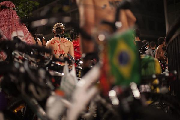 BRA53. SAO PAULO (BRASIL), 14/03/2015.- Una mujer se prepara para participar en un recorrido en bicicleta hoy, sábado 14 de marzo de 2015, en Sao Paulo (Brasil). Un centenar de brasileños pasearon hoy en bicicleta por el centro de Sao Paulo desnudos o en paños menores para incentivar el uso de este medio de transporte y demandar una mejor seguridad vial hacia los ciclistas. Esta protesta al desnudo es parte de una campaña mundial para que se respete su derecho a transitar por las calles de forma segura y que celebró su octava edición en Sao Paulo. EFE/SEBASTIÃO MOREIRA