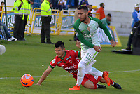 TUNJA -COLOMBIA, 13-05-2017: Omar Vasquez (Izq) jugador de Patriotas FC disputa el balón con Juan P Nieto (Der) jugador de Atletico Nacional durante partido por la fecha 18 de la Liga Águila I 2017 realizado en el estadio La Independencia en Tunja. / Omar Vasquez (L) player of Patriotas FC fights for the ball with Juan P Nieto (R) player of Atletico Nacional during match for the date 18 of Aguila League I 2017 at La Independencia stadium in Tunja. Photo: VizzorImage / Jose M Palencia  / Cont