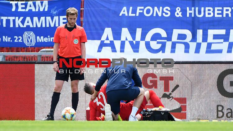 28.06.2020, Hänsch-Arena, Meppen, GER, 3.FBL, SV Meppen vs. FC Ingolstadt 04 <br /> <br /> im Bild<br /> Erik Domaschke (SV Meppen, 32) wird nach einem Foulspiel behandelt und muss zur Halbzeit ausgewechselt werden. Verletzt, Verletzung, Schmerzen.<br /> <br /> DFL REGULATIONS PROHIBIT ANY USE OF PHOTOGRAPHS AS IMAGE SEQUENCES AND/OR QUASI-VIDEO<br /> <br /> Foto © nordphoto / Paetzel