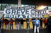 NITEROI, RJ, 28.04.2017 - GREVE-RJ - Manifestantes bloqueiam entrada das Barcas na cidade de Niteroi no Rio de Janeiro nesta sexta-feira, 28. (Foto: Clever Felix/Brazil Photo Press)