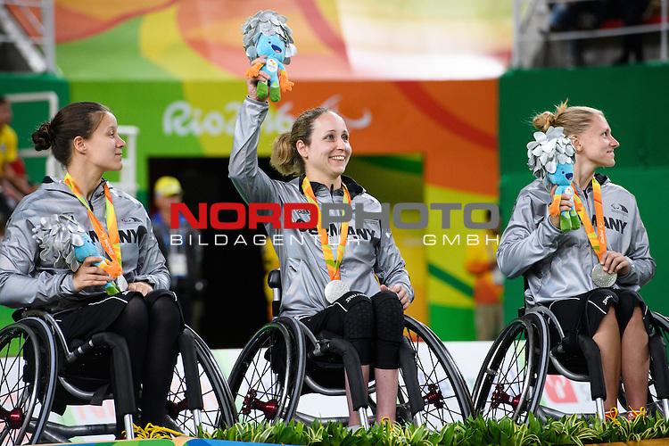 16.09.2016, Rio de Janeiro, Olympische Arena<br />Paralympische Spiele, Rollstuhl Basketball Frauen, Siegerehrung<br /><br />Anne Patzwald (#7 GER), Annika Zeyen (#8 GER), Laura FŸrst / Fuerst (#9 GER) mit Medaille / Silbermedaille / Maskottchen<br /><br />  Foto &copy; nordphoto / Kurth