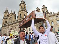 BOGOTA -COLOMBIA- 29 -10--2013. Profesionales, estudiantes, usuarios y empleados de la salud marcharon por las calles de Bogota, octubre 29 de 2013. Miles de colombianos marcharon por las calles de las ciudades del país para protestar contra la reforma de la salud. Los médicos convocaron a la marcha en las principales ciudades del país, para protestar la reforma que plantea que clínicas y hospitales puedan formar y titular especialistas. (Fotos: VizzorImage / Felipe Caicedo / Staff ). Professionals, students, users and health workers marched through the streets of Bogota , October 29, 2013. Thousands of Colombians marched through the streets of the cities to protest against health reform. The doctors called for the march in major cities, to protest the reform states that clinics and hospitals to train and certify specialists. (Photos: VizzorImage / Felipe Caicedol / Staff