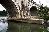 Un murales che rappresenta lo scrittore Pierpaolo Pasolini, disegnato in uno dei ponti del lungotevere.<br /> Decline symbol on the Tiber river