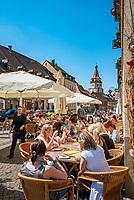 Deutschland, Baden-Wuerttemberg, Schwarzwald, Gengenbach im Ortenaukreis: Stadtzentrum mit Eiscafe und dem Niggelturm   Germany, Baden-Wurttemberg, Black Forest, Gengenbach: centre with cafe and Niggel Tower