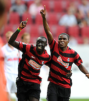 FUSSBALL   1. BUNDESLIGA  SAISON 2011/2012   1. Spieltag FC Augsburg - SC Freiburg            06.08.2011 JUBEL Papiss Demba Cisse , Cedric Makiadi (v. li., SC Freiburg)