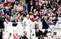 Papa Francesco saluta i fedeli al termine della messa della Domenica delle Palme in Piazza San Pietro, 20 marzo 2016.<br /> Pope Francis greets faithful after celebrating the Palm Sunday mass in St. Peter's Square at the Vatican, 20 March 2016.<br /> UPDATE IMAGES PRESS/Riccardo De Luca<br /> <br /> STRICTLY ONLY FOR EDITORIAL USE