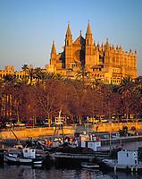 Spanien, Balearen, Mallorca, Palma de Mallorca: mit Kathedrale La Seu und Hafen im letzten Tageslicht | Spain, Balearic Islands, Mallorca, Palma de Mallorca: with cathedrale La Seu and harbour at sunset
