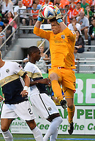 HEMPSTEAD - USA. 13-07-2016: Sean Lewis arquero de Jacsonville Armada en acción durante el encuentro entre New York Cosmos y Jacksonville Armada FC  por la temporada de otoño 2016 de la North American Soccer League (NASL) jugado en el estadio James M. Shuart Stadium de la ciudad de Hempstead, NY./ Sean Lewis, goalkeeper of Jacsonville Armada in action during the match betweem New York Cosmos and Jacksonville Armada FC in match for the fall season 2016 of the  North American Soccer League (NASL) played at James M. Shuart Stadium in Hempstead, NY. Photo: VizzorImage/ Gabriel Aponte / Staff