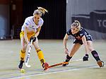 Almere - Zaalhockey Amsterdam-Den Bosch (v)  .  Elsemiek Groen met  Sian Keil (DBO) .TopsportCentrum Almere.    COPYRIGHT KOEN SUYK