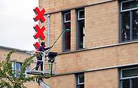 Nederland - Amsterdam - Juli 2020.   Het stadsloket in Amsterdam Oost. Glazenwasser aan het werk.  Foto ANP / Hollandse Hoogte / Berlinda van Dam