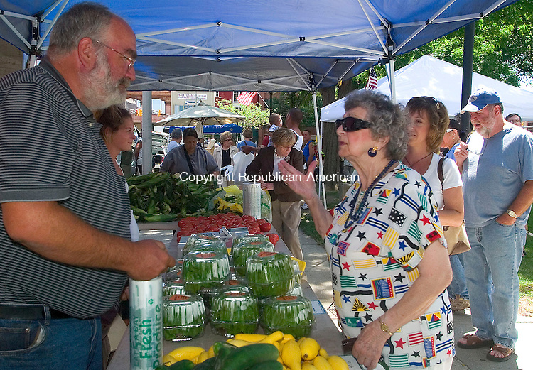 WATERBURY, CT -10 JULY 2008 -071008DA02- Bruce Gresczyk, owner of Gresczyk Farms of New Hartford, talks with Marcy Lund of Waterbury about hydroponic lettuce during the Farmer's Market on the Waterbury Green that opened Thursday. Vendors will offer fresh fruits, vegetables, artisan breads, herbs, flowers, sea food, and much more. The market and will continue 18 weeks through the end of October each Thursday 11 a.m. to 3 p.m.  Darlene Douty/Republican-American