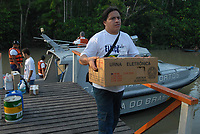 Fiscais e representantes do TRT transportam as urnas eletrônicas à região das ilhas com apoio de barcos da marinha,  no primeiro turno das eleições 2010.<br />Belém, Pará, Brasil.<br />Foto Paulo Santos
