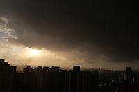 FOTO EMBARGADA PARA VEICULOS INTERNACIONAIS. SAO PAULO, SP, 11/11/2012, NUVENS CARREGADAS. O Domingo foi de sol, no final da tarde nuvens carregadas surgiram sobre a capital paulista. Luiz Guarnieri/ Brazil Photo Press