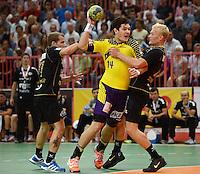 Handball 1. Bundesliga  2012/2013  in der Paul Horn Arena Tuebingen TV Neuhausen - Fuechse Berlin Evgeni Pevnov (Mitte, Fuechse Berlin) gegen Andreas Schroeder (re, TV Neuhausen) und Ferdinand Michalik (li, TV Neuhausen)