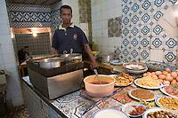 Afrique/Afrique du Nord/Maroc/Fèz: Dans un petit restaurant de rue de la médina de Fèz-El-Bali