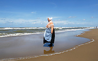 Nederland Katwijk 2016. Een dagje naar het strand. Noordzee Zomerfestival. Nationaal Klederdracht Festival. Mensen in klederdracht uit Scheveningen. Foto Berlinda van Dam / Hollandse Hoogte