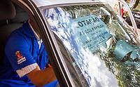 CURITIBA, PR, 25.02.2014 - GREVE / TRANSPORTE PÚBLICO - Na manhã desta quarta-feira (26), a Urbs -  Urbanização de Curitiba S.A realiza cadastramento de carros particulares para atuar com transporte alternativo durante a greve de motoristas e cobradore.  O cadastro iniciou as 6horas da manha desta quarta-feira,Os veículos cadastrados serão autorizados pela Urbs a fazer transporte alternativo podendo cobrar, no máximo, R$ 6,00 por pessoa.Os carros devem estar em boas condições e os que não têm registro na Urbs passarão por uma vistoria dos técnicos da empresa que também vão conferir a documentação pessoal e do veículo – carteira de motorista, RG e CPF. O cadastramento está sendo feito na área de táxi, na ala ferroviária, da rodoferroviária. (Foto: Paulo Lisboa / Brazil Photo Press)