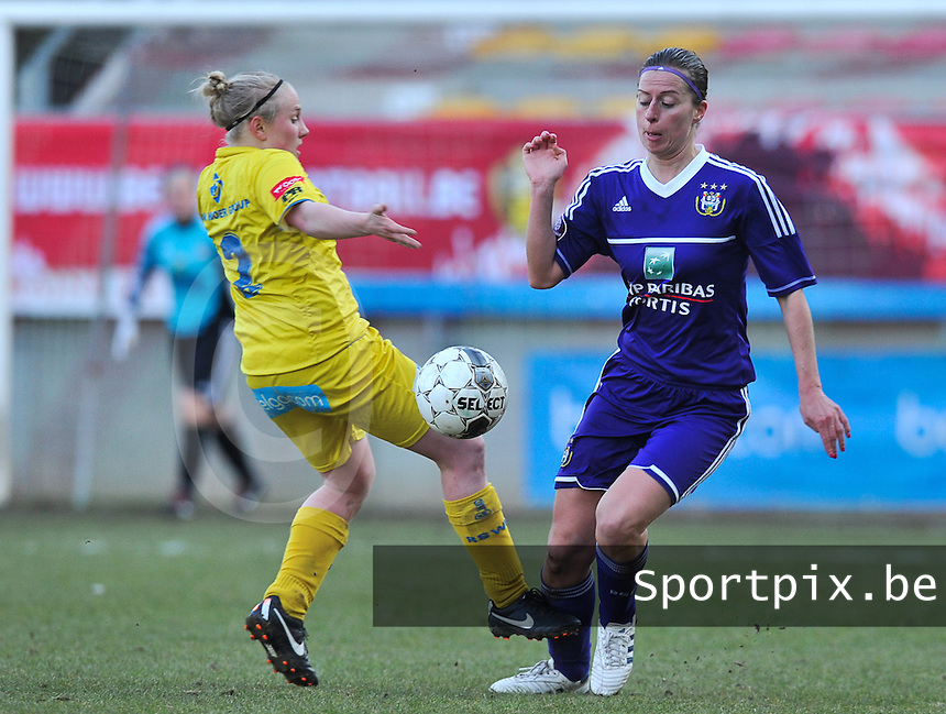Waasland Beveren Sinaai Girls - RSC Anderlecht : duel tussen Wiene Van Guyse (links) en Cynthia Browaeys.foto DAVID CATRY / Nikonpro.be