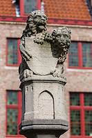 Belgique, Flandre-Occidentale, Bruges, centre historique classé Patrimoine Mondial de l'UNESCO,  La Place des Tanneurs ou Huidenvettersplein, juste au cœur de la place des tanneurs la satue de  deux lions. Ils tiennent un bouclier, signifiant qu'ils guident et veillent sur tous les tanneurs de la ville //  Belgium, Western Flanders, Bruges, historical centre listed as World Heritage by UNESCO, tanners square or Huidenvettersplein, right in the heart of the place of the tanners satue two lions. They hold a shield, meaning they guide and watch over all of the city tanners